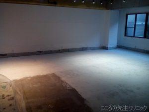 1階スタジオの床塗り(二日目)